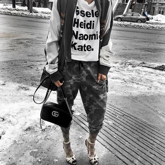 Девушка в спортивном стиле, носки и босоножки на каблуке