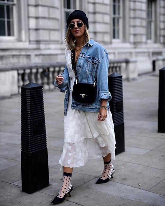 Девушка в белом сарафане, джинсовк и черные туфли с белыми носками