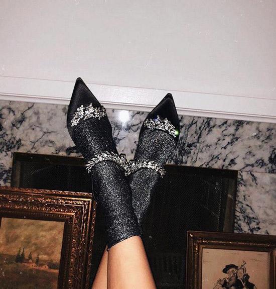 Девушка в блестящих носках и черные туфли с украшениями