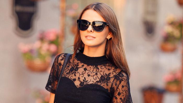 Девушка в черном платье и солнцезащитных очках