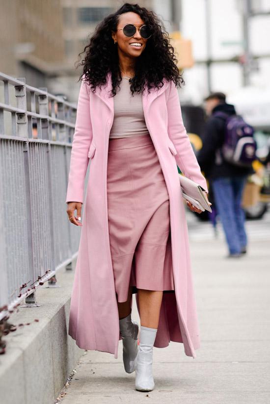 Девушка в длинном розовом пальто, юбка миди и белые ботильоны