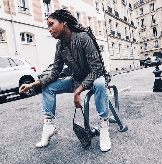 Девушка в джинсах, блейзер в клетку, белые носки с босоножками