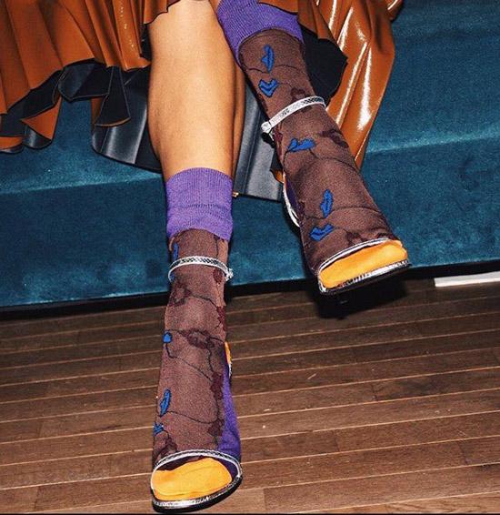 Девушка в капроновых носках с принтом и босоножки