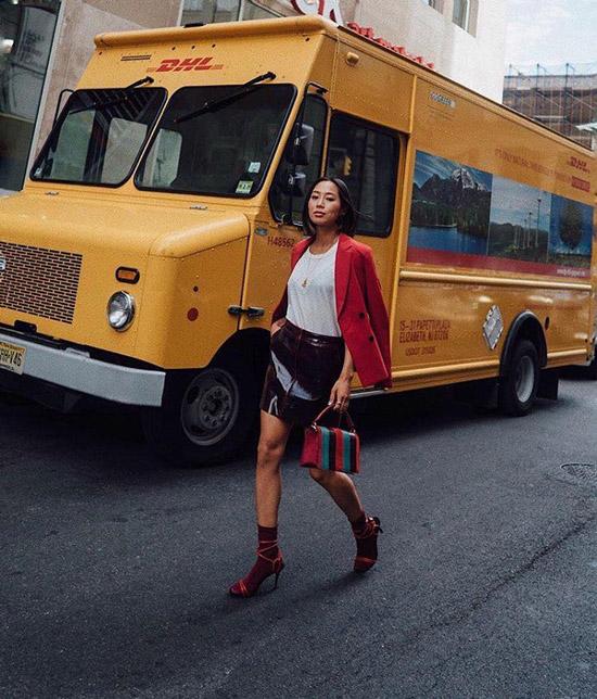Девушка в лакированой юбке, красный пиджак, бордовые носки с босоножками