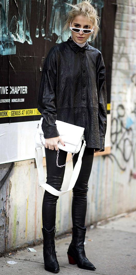 Девушка в лосинах, черная куртка оверсайз, ботинки с острым носом и солнцезащитные очки, уличный стиль