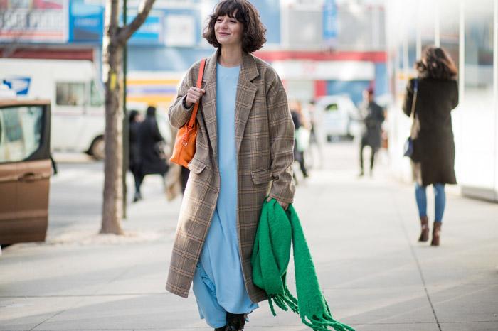 Девушка в пальто в клетку, голубое длинное платье