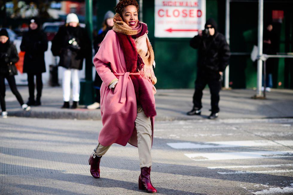 Девушка в розовом пальто с поясом, брюки и бордовые ботильоны
