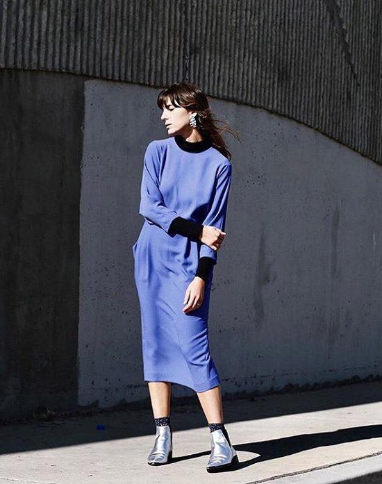 Девушка в синем платье миди, серебристые ботильоны и носки
