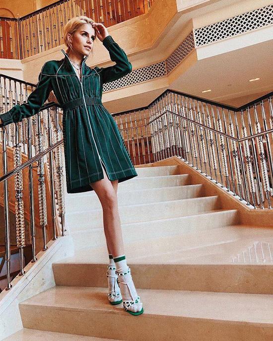 Девушка в зеленом платье, носки с босоножками на каблуке