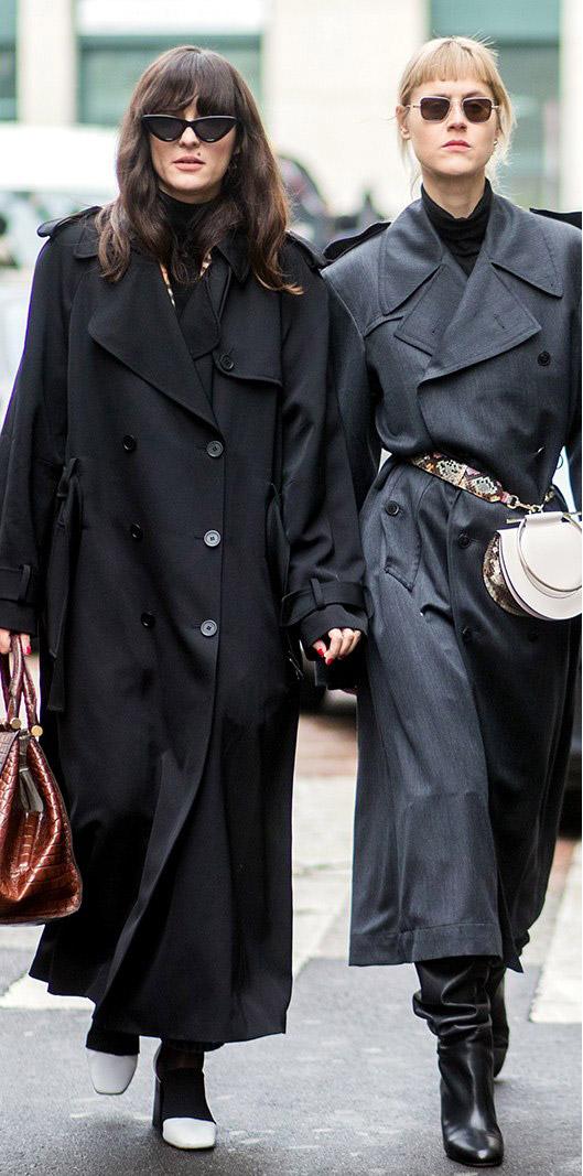 Девушки в модных темных плащах, уличный стиль
