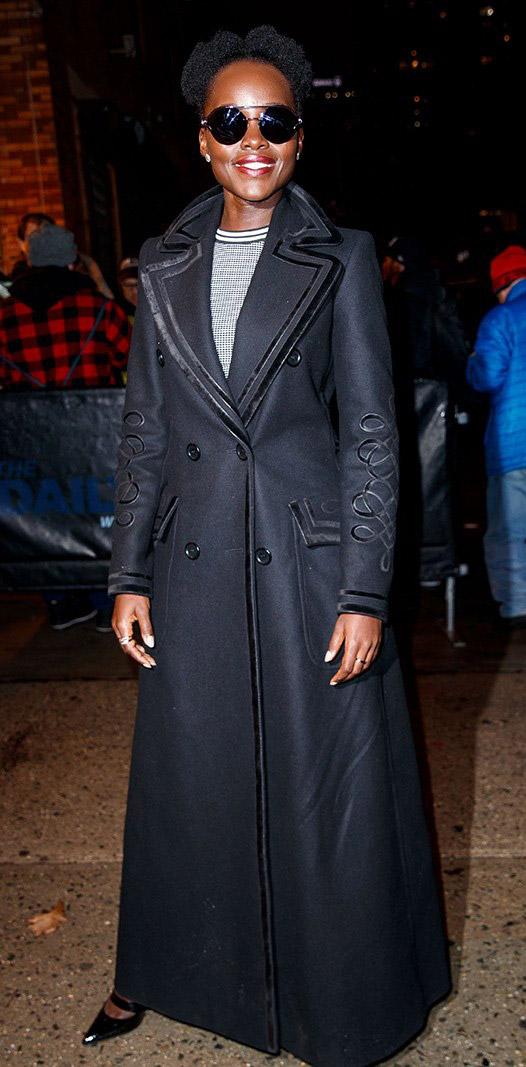 Lupita Nyong'o в сером длинном пальто