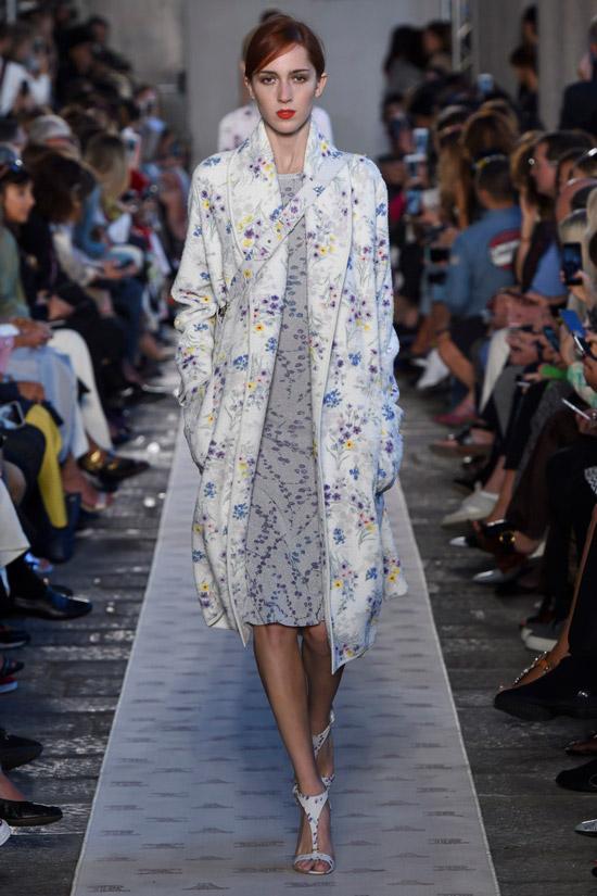 Модель в белом пальто с мелкими цветами от Max Mara