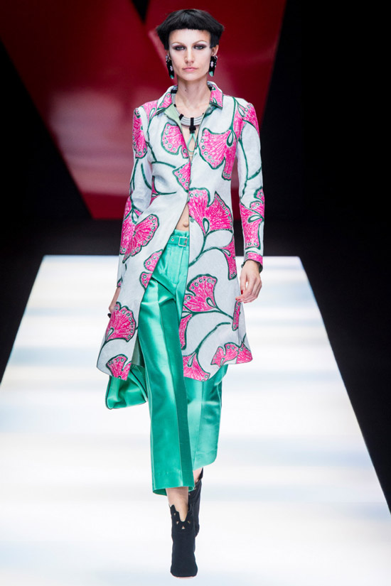 Модель в белом пальто с розовым принтом от Giorgio Armani