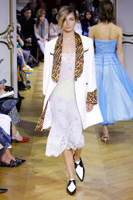 Модель в белом пльто с леопрдовой отделкой от John Galliano