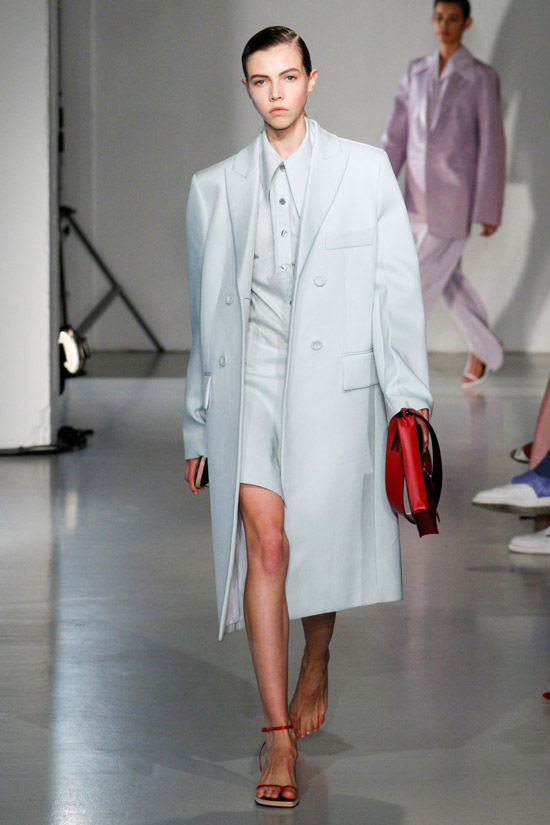 Модель в белом прямом пальто в мужском стиле от Joseph