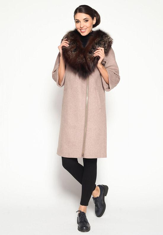 Модель в бежевом пальто на молнии с меховым воротником