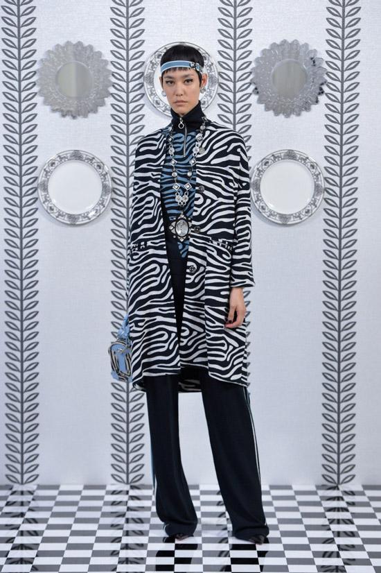 Модель в черно-белом пальто от Holly Fulton