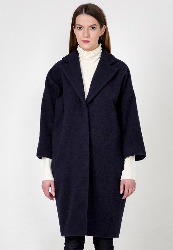 Модель в черном пальто оверсайз