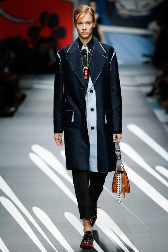 Модель в черном пальто в мужском стиле от Prada