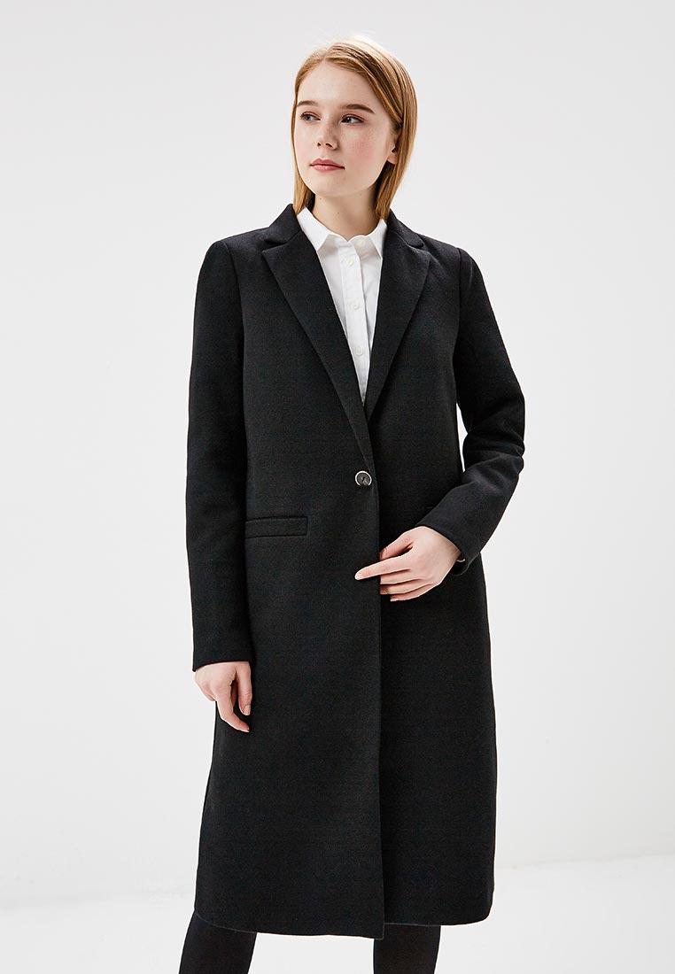 Модель в черном прямом пальто в мужском стиле