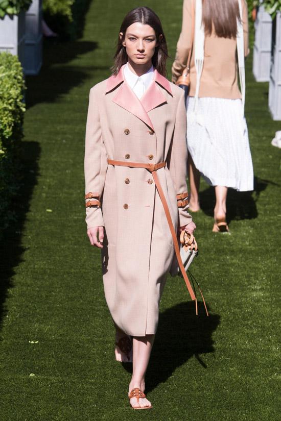 Модель в двубортном пальто с тонким пояском от Tory Burch
