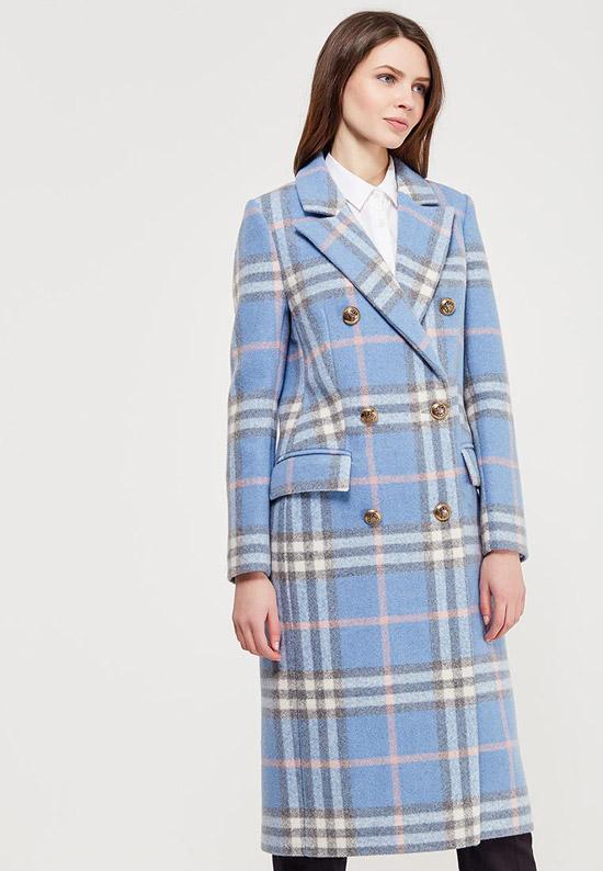 Модель в голубом пальто в клетку