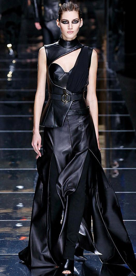 Модель в кожаном ассиметричном платье до пола от Balmain