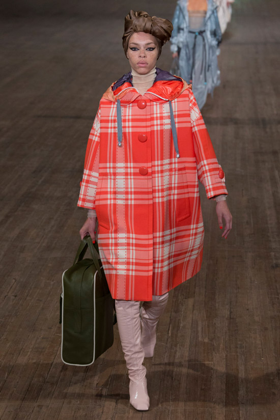 Модель в красном пальто в клетку оверсайз Marc Jacobs и бежевые сапоги