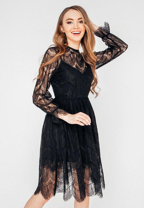 Модель в легком черном платье с длинным руквами