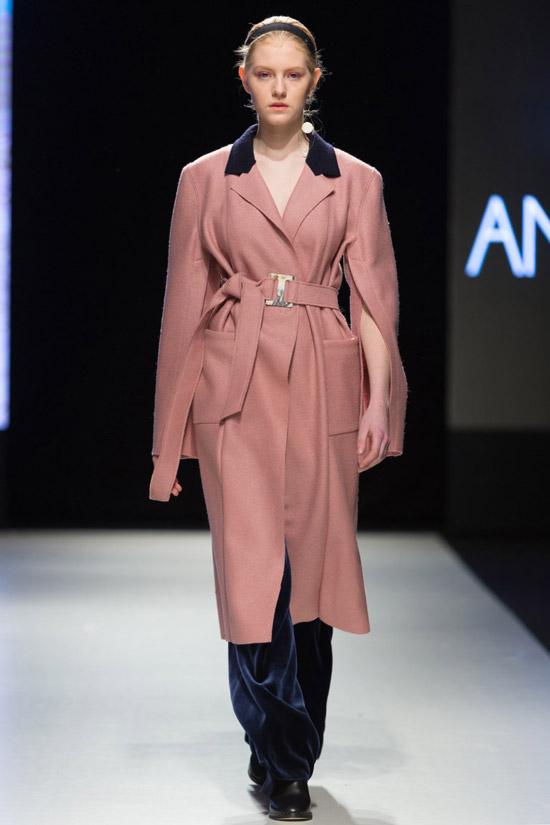 Модель в пальто с поясом от Anna Led