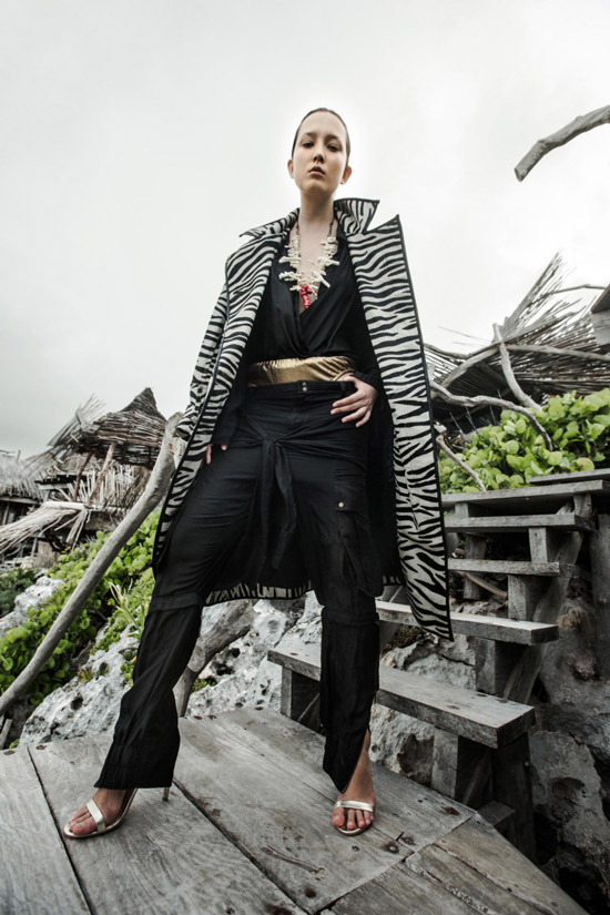 Модель в пальто с принтом зебра от Nicholas K