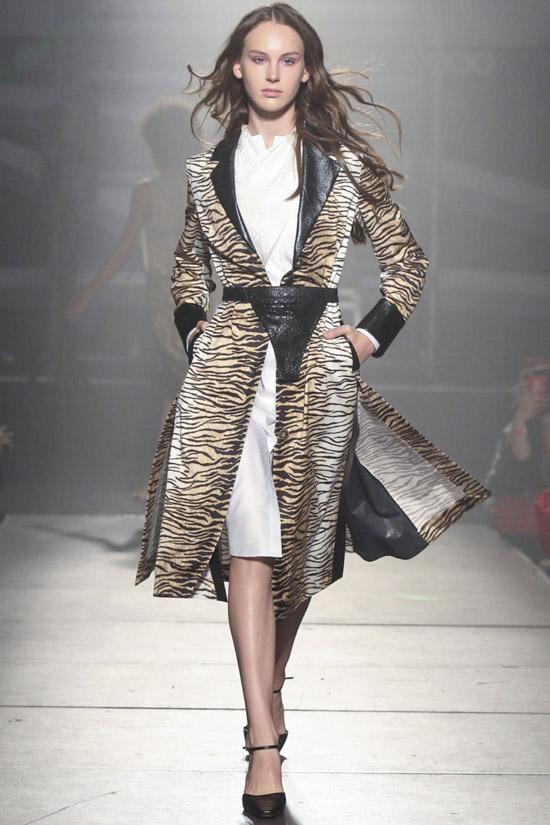 Модель в пальто с тигровым принтом и кожаной отделкой от Frolov
