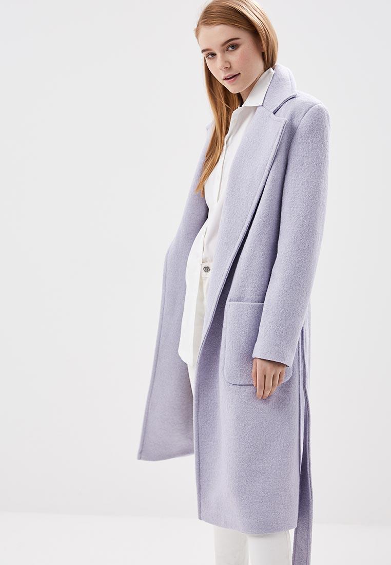 Модель в пальто в пастельном оттенке с нкладными карманами