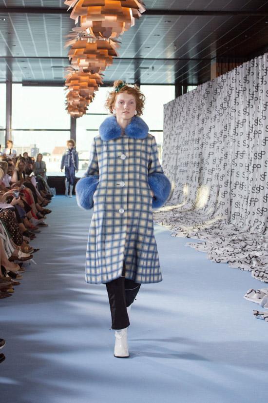 Модель в пальтов клетку с голубым мехом на воротнике и мнжетах от Saks Potts