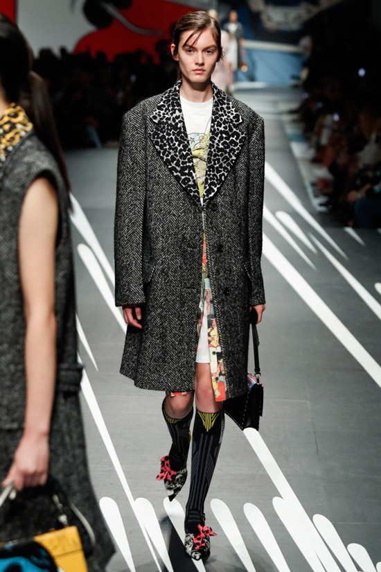Модель в прямом сером пальто от Prada