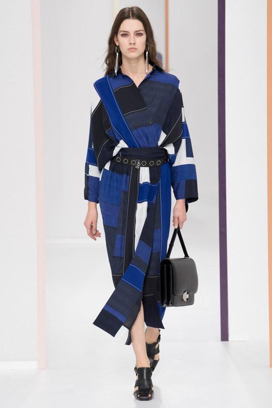 Модель в сине-черном пальто с поясом от Hermès