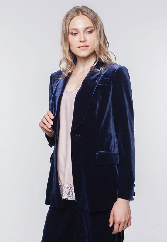 Модель в синем бархатном пиджаке