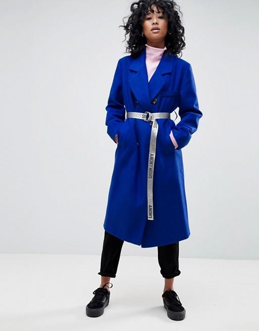 Модель в синем пальто с поясом