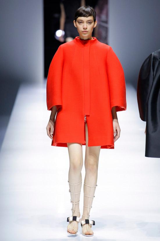 Модель в ярком коротком пальто оверсаз от Lanvin