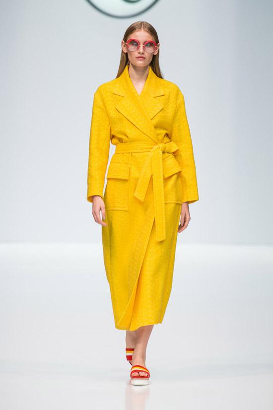 Модель в желтом пльто с поясом от Valentin Yudashkin