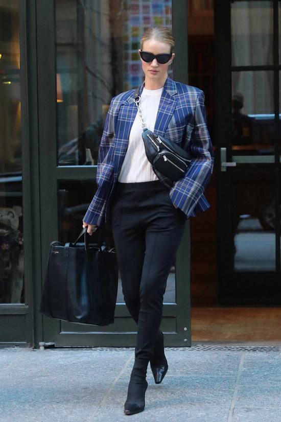 Роузи Хантингтон-Уайтли поддерживает тенденцию гигантских сумок, на фото