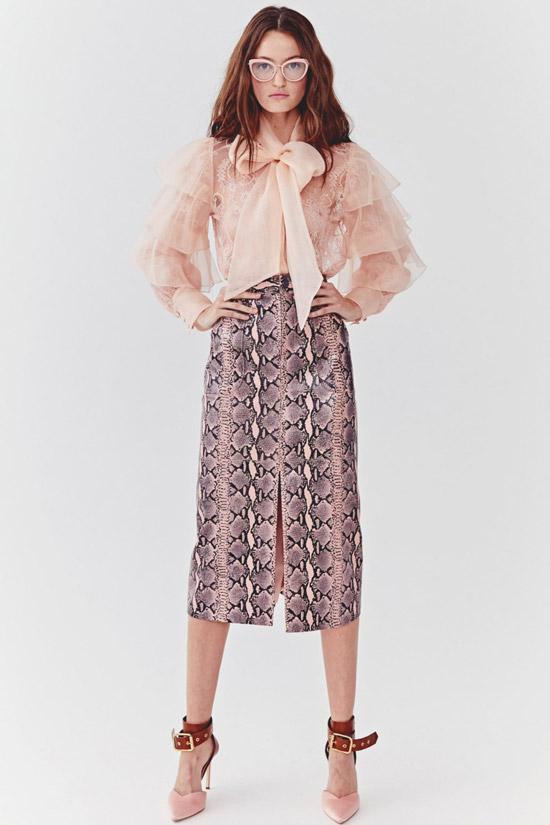 Модель в бежевой блузке с рюшами и бантом, узкая юбка со змеиным принтом от Alice+Olivia