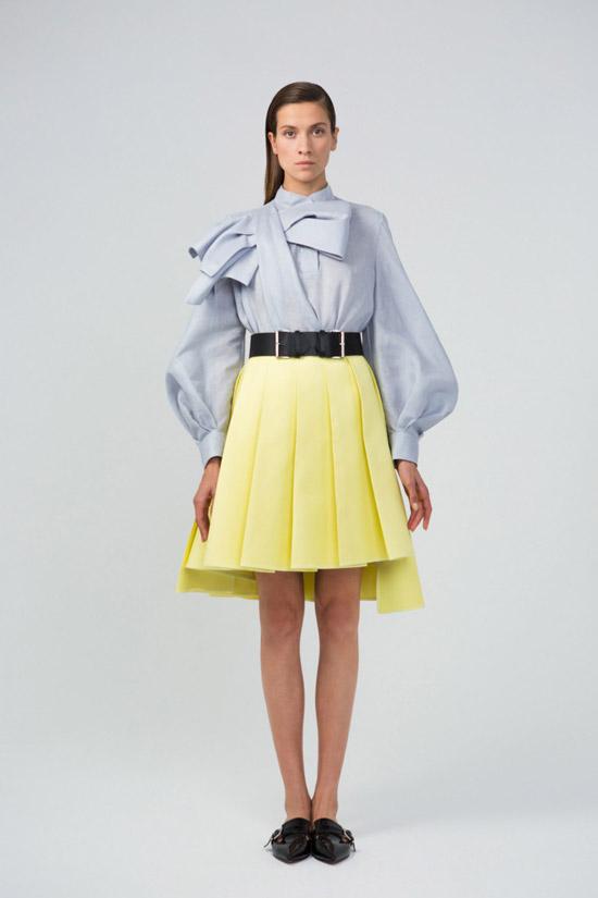 Модель в голубой блузке с длинными пышными рукавами и желтая юбка от Dice Kayek