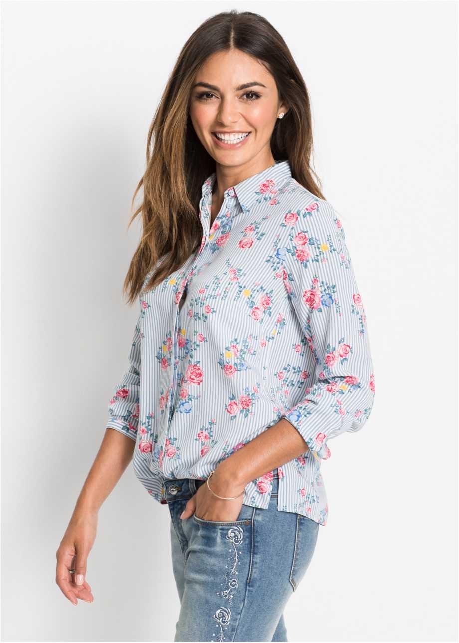 Модель в голубой рубашке с цветочным принтом
