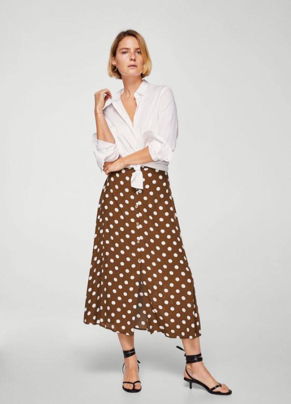 Модель в коричневой юбке миди в белый горошек от mango