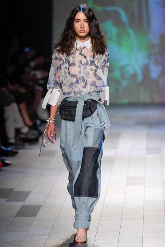 Модель в прозрачной блузке с принтом и широкие брюки от Vivienne Tam