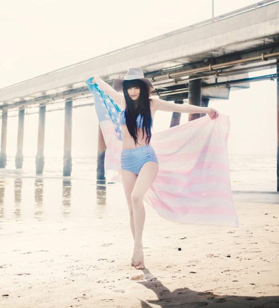 Девушка на пляже в купальнике с высокой талией и шляпа