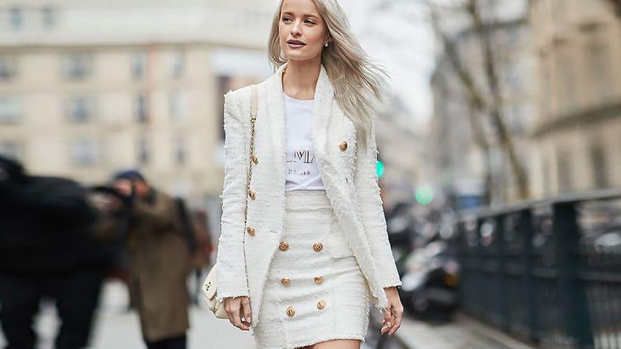 Девушка в белом твидовом костюме с золотыми пуговицами