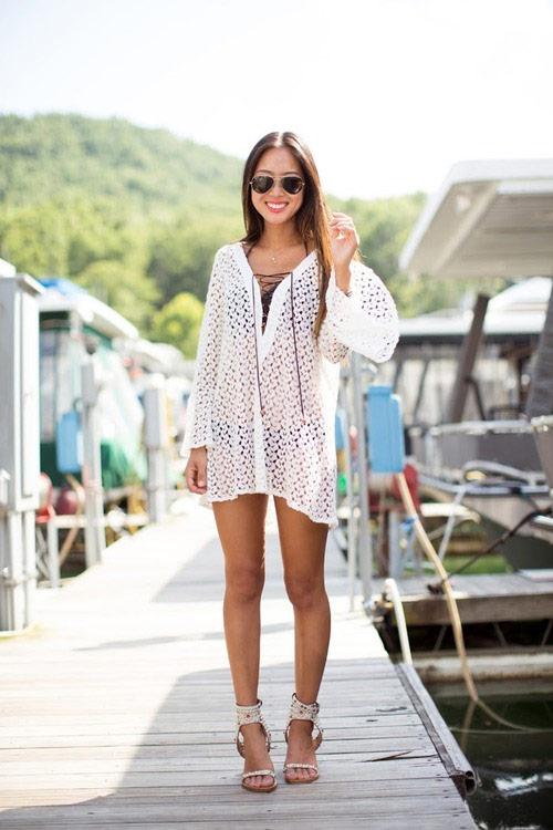 Девушка в белой тунике на пляже