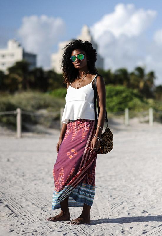 Девушка в бордовой юбке с узорами и белый топ